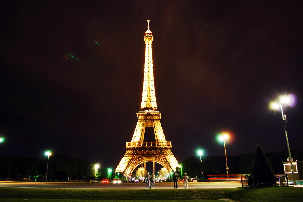 The Eiffel Tower at night | © TravellingBuzz Photo